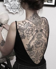 back tattoo In our lifestyle, black and white flower tattoo become so popular as a unique way to highlight body part by inking them with attractive flower designs. Backpiece Tattoo, Form Tattoo, Shape Tattoo, Tattoo Arm, Mandala Tattoo Neck, Yakuza Tattoo, Black And White Flower Tattoo, White Flower Tattoos, Tattoo Black