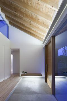 Image 1 of 21 from gallery of Doughnut House / Naoi Architecture & Design Office. Photograph by Hiroshi Ueda Contemporary Architecture, Interior Architecture, Interior And Exterior, Interior Design, Japan Architecture, Building Architecture, Plywood Ceiling, Small Office Design, Interior Minimalista