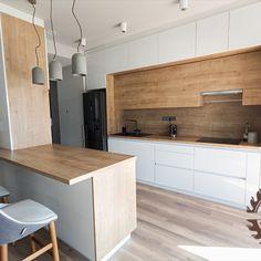 Minimál stílusú konyhabútor tükörfényű fehér akril frontokkal és natúr hamilton tölgy bútorlap kombinációjával. Home Decor, Decor, Kitchen
