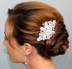 свадебная прическа с заколкой на средних волосах