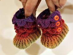 Wat een geweldig mooie baby-slofjes zijn dit! Gemaakt met een garen met lang kleurverloop. Dit patroon kun je kopen bij Craftsy ...