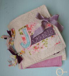 Les raconteuses » Maman Ourse Livre de stimulation en chiffon Personnalisé au nom de l'enfant Whimsical quiet book Gym Bag, Diaper Bag, Chiffon, Bags, Momma Bear, Kid, Handbags, Dime Bags, Mothers Bag