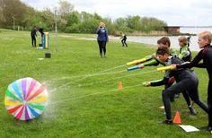 empujando el balón con pistolas de agua