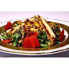 Салат «ГОТИНАЗА» - основу салата составляют козий сыр, салат руккола, груша, свежие ягоды, цукаты и грецкие орехи. Заправлено карамельным соусом и нашарап с шоколадом. Неожиданное, нежное сочетание с ярким вкусом. http://gotinaza.ru/menyu/firmennye-blyuda/51-salat-gotinaza.html