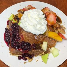 """Kanchan Garg on Instagram: """"NEW VENUE ALERT - @lizzyjcafe recently opened in North Center with a southern twist on breakfast and brunch essentials! """"The Frenchy"""" is…"""" Best Brunch Chicago, French Toast, Southern, Essentials, Breakfast, Instagram, Food, Morning Coffee, Essen"""