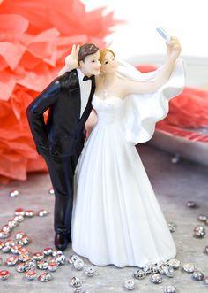 Figurine mariage selfie pas cher. La figurine ultra tendance et dans l'air du temps avec la mariée qui fait un selfie ! Un accessoire original à insérer sur vos tables et buffets durant votre réception ou en haut de la pièce montée.