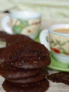 Kívül ropogós, belül krémesen lágy, nagyon csokoládés keksz lisztmentes változatban. Hozzávalók 15 dkg finomra őrölt dió (vagy mandula) 15 dkg porcukor 6 dkg kakaópor fél kávéskanál só 20 dkg étcsokol Sin Gluten, Gluten Free, Diet Cake, Sweet Cakes, Food To Make, Sweet Tooth, Bakery, Good Food, Food And Drink