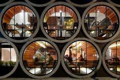 """[호텔 인테리어] 호텔디자인 혁신 프로젝트의 멜버른의 프라하 호텔 상당히 엄청나보이는 제목의 호텔이죠? ㅎㅎ 제가 마음대로 이야기하는게 아니구요. 디자인평에서 따온말이예요. chictip 라는곳에서 평가한 멜버른 프라호텔은 """"1940년대 호텔양식과 현대식 호텔의 결합, 콜라보레이션으로 술집이 붙어있는 호텔이지만 혁신적인 엔터테이먼트 공간과 현대적 상업디자인의 좋은예이다 """" 라고 소개하고 있어요. 사실은 좀더 길.."""