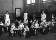 Bewaarplaats in 1925 voor kinderen van werkende moeders aan de Plantage Middenlaan in Amsterdam van de Vereeniging Zuigelingen inrichting en Kinderhuis.