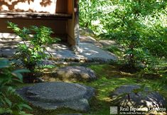 Japanese garden paths and stepping stones - http://www.japanesegardens.jp/elements/000111.php | Real Japanese Gardens