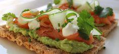 Knäckebröd met avocado en zalm
