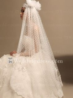 Knee Length Dotted Cap Veil with Lace