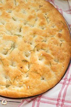 La FOCACCIA DI PATATE è una ricetta semplice e molto sfiziosa. Un rustico salato, dalla crostata fragrante e l'interno soffice e morbido. Una focaccia ideale come sostituto del pane, da consumare al naturale o farcita con salumi e formaggi. La sua particolarità è l'aggiunta, di patate lesse, nell'impasto. Questo ingrediente dona alla focaccia un sapore e una sofficità mai vista prima. Gustatatela appena sfornata, sono sicura che l'amerete fin dal primo boccone. L'aroma del rosmarino e il profumo Healthy Pizza, Vegan Pizza, Pizza Recipes, Cooking Recipes, French Bread Pizza, Bread Substitute, Taco Pizza, Easy Homemade Recipes, Pizza Bites