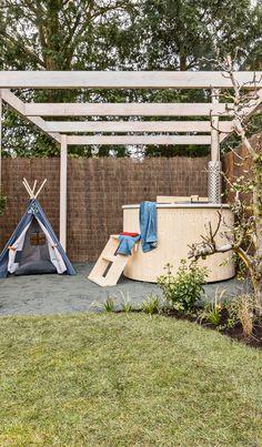 In de romantische relaxtuin staat het ontspannen centraal. In het midden is een groot grasveld gecreeërd met hieromheen borders vol kleurrijke beplanting. De beplanting zorgt voor een romantische sfeer in de tuin. Voor in de tuin is een terras gemaakt van grijze tegels en gebakken klinkers. De combinatie hiervan zorgt ervoor dat de jaren-30 stijl van het huis wordt doorgetrokken naar de tuin. Achterin de tuin staat een hot tub, hier kan het gezin helemaal tot rust komen.