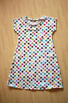 Zaaberry: Girls Tunic Dress - TUTORIAL- A little frill on the bottom would suit Morwen nicely Tshirt Dress Pattern, Tunic Dress Patterns, Tunic Pattern, Skirt Patterns, Coat Patterns, Tunic Dresses, Toddler Sewing Patterns, Sewing Kids Clothes, Barbie Clothes