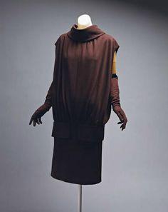 1955 – платье-туника Именно Кристобаль Баленсиага был первым, кто ввел в моду платья-туники. С тех пор из модных каталогов они не исчезали.