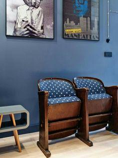 siedzisko na niebieskiej ścianie