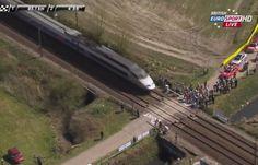 Un TGV coupe le peloton du Paris-Roubaix en deux, le 12 avril 2015.