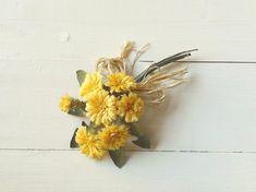 タンポポはとてもかわいらしい花ですが、これはおとなのタンポポです。落ち着いた黄色の花とぎざぎざの緑色の葉をまとめました。ラフィアをわらのように添えて野に咲く風...|ハンドメイド、手作り、手仕事品の通販・販売・購入ならCreema。