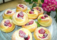 Yeast buns with cheese and fruit foto Mini Donuts, Buns, Cheesecake, Bread, Fruit, Food, Mini Doughnuts, Cheesecakes, Brot