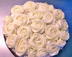Vackra spritsade rosor ger omedelbart en klassiskt lyxig känsla till vilket bakverk som helst. Jag har sett dem på många ställen över...