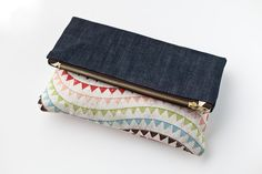 A pretty denim foldover clutch I sewed in a snap. Wallet Pattern, Tote Pattern, Pattern Fabric, Foldover Clutch, Clutch Bag, Tote Bag, Coin Purse Tutorial, Tote Tutorial, Tutorial Sewing