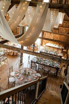 Consejo Aire de Fiesta:decora el techo de tu boda con telas blancas retroiluminadas con tiras de leds
