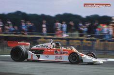James Hunt auf dem Weg zum Sieg beim Grand Prix von England 1977 im McLaren M26: http://www.zwischengas.com/de/news/Die-Silverstone-Classic-feiert-James-Hunt-40-Jahre-nach-seinem-groessten-F1-Sieg.html?utm_content=buffer97a40&utm_medium=social&utm_source=pinterest.com&utm_campaign=buffer  Foto © Zwischengas Archiv