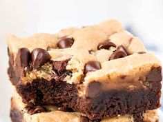 You can enjoy a fudgy brownie and a chewy chocolate chip cookie with each bite of these awesome, scrumptious Brookie Bars! It's Melanie, here from Garnish & Glaze to once again share an awe Köstliche Desserts, Delicious Desserts, Dessert Recipes, Brownie Recipes, Cookie Recipes, Dessert Thermomix, Robot Thermomix, Cookie Brownie Bars, Chewy Chocolate Chip Cookies