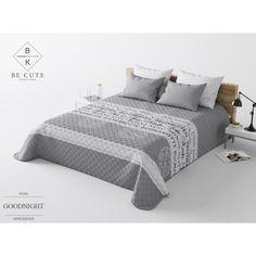 Šedý prehoz na posteľ s nápismi