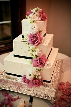 I love the black accent on this elegant cake