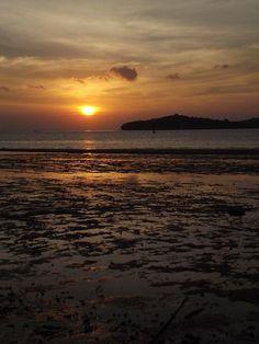 Sunset di Lesehan Tepi Laut, Tanjungpinang, Kepulauan Riau, Indonesia | #WonderfulIndonesia