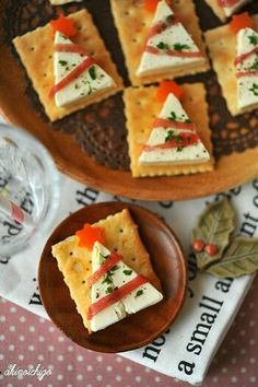 Christmas snacks for a Christmas dinner treat at school; Make easy and quick kids' snacks for Christmas breakfast, high tea or lunch. Christmas Canapes, Christmas Party Food, Xmas Food, Holiday Appetizers, Christmas Cooking, Holiday Recipes, Holiday Parties, Party Appetizers, Christmas Crackers