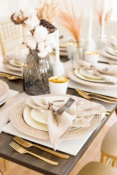 Contemporary Wedding Inspiration With Dried Florals ⋆ Ruffled - This wedding reception table setting mixes modern flair of metallic gold with country rustic vibes of dried flowers and cotton centerpieces. Wedding Reception Tables, Wedding Table Decorations, Wedding Table Settings, Decoration Table, Centerpiece Ideas, Decor Wedding, Fall Wedding, Rustic Wedding, Wedding Ideas