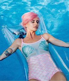 Uma das tendências mais promissoras para o verão em matéria de street style: o sereísmo. Conchinhas, tecidos holográficos e cores que remetem ao fundo do mar.
