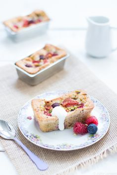 Mini gâteaux aux fruits d'été, grué de cacao et huile d'olive