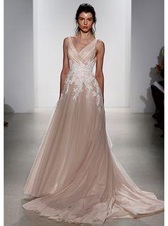 アクア・グラツィエがセレクトした、KELLY FAETANINI(ケリー ファッタニーニ)のウェディングドレス、KF014をご紹介いたします。