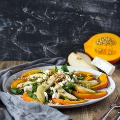 Herbstlicher Salat mit gebackenem Kürbis, Birne, Walnüssen und Ziegenkäse. Ganz einfach gemacht, sättigend und kalorienarm.