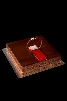 Sacher de frambuesa | bubó ha creado su particular versión de esta famosa tarta basándose, en este caso, en el bizcocho, en el relleno de chocolate y en una ligera, fresca y artesana compota de frambuesas, que refresca y aligera la tarta tan chocolatera como golosa. Todo ello acabado y presentado con un brillante glaseado de chocolate y una gelatina muy sabrosa de agua de frutos rojos. | #bubo #CarlesMampel