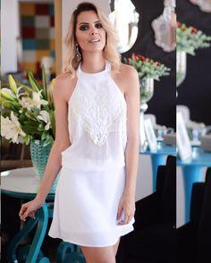 Look total white!  😍 😍 😍 Chique na medida certa, o vestido tem charmosos detalhes que o deixam mais especial, como os bordados e franjas na parte da frente. ❤