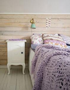 Country/Beachy feel bedroom... love the crochet blanket