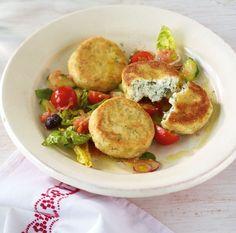 Außen knusprig, innen cremig. Dill, Petersilie und Zitrone sorgen für frische Würze. Dazu passt Gurken-Tomaten-Salat.