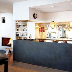Un comptoir de cuisine ouvert sur la pièce à vivre