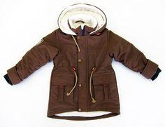 Молодые родители часто задаются вопросом, что такое демисезонная детская одежда и стоит ли её приобретать. ☝Предлагаем разобраться в этих вопросах.  На российском рынке такие предметы гардероба появились сравнительно недавно.  Главной функцией межсезонной одеждой отмечают комфортное ношение осенью, весной и, в случае, если выдаётся тёплая погода, то и зимой.   К детской демисезонной одежде чаще всего относят куртки, полукомбинезоны и комбинезоны.