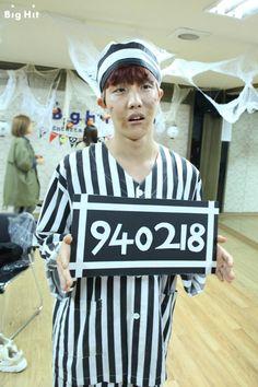 """Tổng hợp những màn cosplay """"bựa"""" nhất của BTS qua từng năm Halloween"""