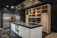 Apparatuur van Wolf, SubZero en Miele, gecombineerd met naturel eikenhout en strak lakwerk vormen de exclusieve keuken in onze kookstudio in Hilversum.