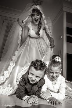 O casamento de hoje não precisaria de muito texto descritivo, as fotos falam por si só. Basta observarmos a quantidade de sorrisos e carinhos clicados para sabermos que foi maravilhoso. Mas decidimos seguir as tradições aqui do blog e descrever para vocês um pouco do que foi a união da Cris e ...
