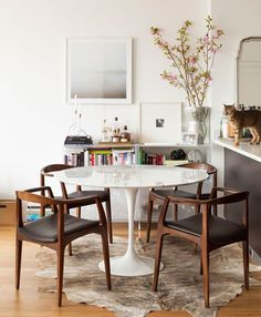 Wohnen Eero Saarinen - Tulip table marble is more than just a dining table. Style At Home, Saarinen Table, Eero Saarinen, Knoll Table, Mid Century Modern Dining Room, Small Dining, Dining Area, Tulip Dining Table, Diner Decor