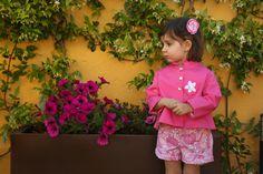 Conjunto sencillo y divertido. En este caso hemos combinado una casaca rosa con una bermuda en piqué rosa. ¡Quemono queda! y todo al mejor precio y con la mejor calidad. http://www.quemono.org/la-coleccion-vestidos-comunion-trajes-fiesta/otras-ocasiones/