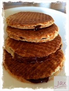 One more favorite treat here in Holland, the 'Stroopwafel'. You can't visit a local market in Holland without finding a market stall that sells fresh, warm stroopwafels. So totally yummy. Stroopwafel Recipe, English Food, Brownie Cookies, Waffle Recipes, How To Make Cookies, Something Sweet, Sweet Treats, Sweets, Candies